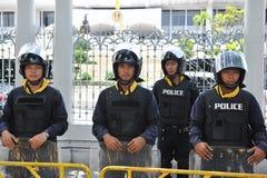 Vakt för poliskommandoställning på den thailändska parlamentet Arkivbild