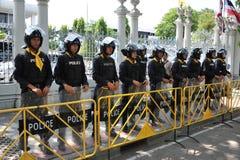 Vakt för poliskommandoställning på den thailändska parlamentet Arkivfoto