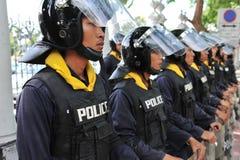 Vakt för poliskommandoställning på den thailändska parlamentet Royaltyfri Foto