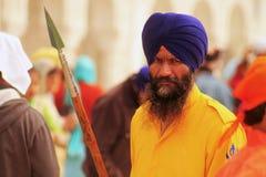 Vakt Sikh i guld- tempel Royaltyfri Bild