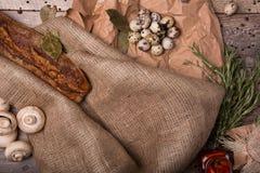 Vaktelägg, champinjoner, kryddor på en träbakgrund Frasig bagett och ägg En sammansättning av lantliga ingredienser Arkivfoto