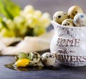 Vaktelägg i en vas på grå färgtabellen Royaltyfri Foto