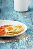 Vaktelägg med ett rostat bröd och tomater Arkivfoton