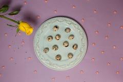 Vaktelägg med gulingrosen på tabellen Top beskådar Arkivfoto