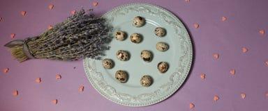 Vaktelägg med lavendel på tabellen Top beskådar Royaltyfria Bilder