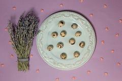 Vaktelägg med lavendel på tabellen Top beskådar Arkivbilder