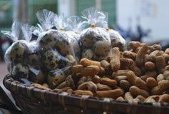 Vaktelägg och jordnötter Arkivfoton