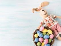 Vakteln för dockan för påskkaninen målade bakgrunden för äggredepastell Royaltyfria Bilder