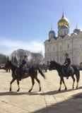 Vakten Mounting ståtar i MoskvaKreml Royaltyfri Bild