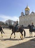 Vakten Mounting ståtar i MoskvaKreml Royaltyfria Foton
