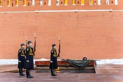 Vakten nära den eviga branden och gravvalvet av den okända soldaten är klar att avgå moscow russia Arkivbild