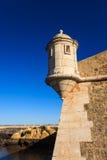 Vakten står hög ramparts av den portugisiska forten royaltyfri foto