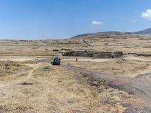 Vakter av den Ngorongoro nationalparken besöker den lilla byn av loen Royaltyfria Foton