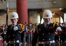 Vakter i Sun Yat-sen Memorial Hall Royaltyfri Foto