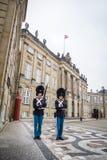 Vakter på Amalienborg Det kungliga hemmet i Köpenhamn denmark royaltyfri bild