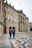 Vakter på Amalienborg Det kungliga hemmet i Köpenhamn denmark arkivfoto