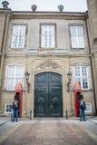 Vakter på Amalienborg Det kungliga hemmet i Köpenhamn denmark royaltyfri foto