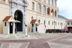 Vakter som ändrar nära slott för prins` s av Monaco Arkivbild