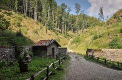 Vakthus som göras av stenar i det wood slutet av den Franciscan fristadlaen Verna i Tuscany Italien royaltyfria foton