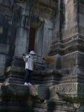 Vaktmästarelokalvård på historiska Phimai parkerar Prasat Hin Phimai Arkivfoton