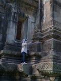 Vaktmästarelokalvård på historiska Phimai parkerar Prasat Hin Phimai Royaltyfri Foto