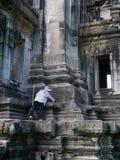 Vaktmästarelokalvård på historiska Phimai parkerar Prasat Hin Phimai Royaltyfri Fotografi