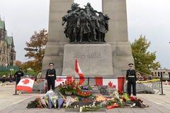 Vaktposter på cenotafiet i Ottawa royaltyfri bild