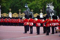 Vakts för kunglig slott musikband på repetitionen 2019 för drottningfödelsedagberöm buckinghamlondon slott uk arkivbild