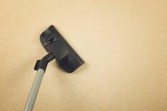 Vakuum som gör ren den nya mattan Arkivbilder