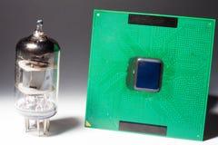 Vakuumradiorör med datorprocessorn Royaltyfri Foto