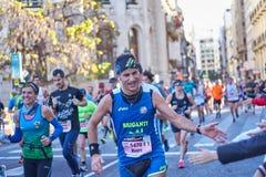 VALÊNCIA, ESPANHA - 2 DE DEZEMBRO: Os corredores agitam as mãos com os participantes no XXXVIII Valencia Marathon o 18 de dezembr fotos de stock