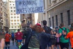 VALÊNCIA, ESPANHA - 2 DE DEZEMBRO: Os corredores agitam as mãos com os participantes no XXXVIII Valencia Marathon o 18 de dezembr imagem de stock