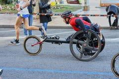 VALÊNCIA, ESPANHA - 2 DE DEZEMBRO: Os corredores competem em uma cadeira de rodas no XXXVIII Valencia Marathon o 18 de dezembro d imagem de stock