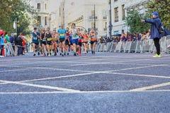 VALÊNCIA, ESPANHA - 2 DE DEZEMBRO: Os corredores competem no XXXVIII Valencia Marathon o 18 de dezembro de 2018 em Valência, Espa fotos de stock royalty free