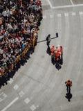 Valência - Espanha, o 17 de março de 2019: Equipe da emergência da saúde que ajuda a povos em um evento aglomerado da rua foto de stock