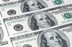 Valörer av hundra dollar som lokaliseras på en diagonal, närbild Franklin blinkningar Fotografering för Bildbyråer