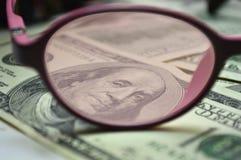 Valörer av $ 100 till och med rosenfärgade exponeringsglas Arkivbild