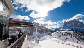 Val加迪纳滑雪胜地看法在阿尔卑斯 库存图片