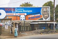 Val- affischer på en övergiven kolonial boutique i östliga Uganda Arkivfoton