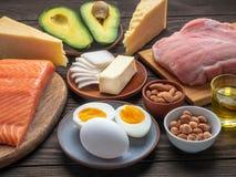Val av bra feta källor på träbakgrund royaltyfria bilder