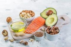 Val av bra feta källor - sunt ätabegrepp Ketogenic banta begreppet arkivbild