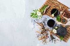 Val av den japanska kinesiska växt- masalatetekannan Royaltyfri Foto
