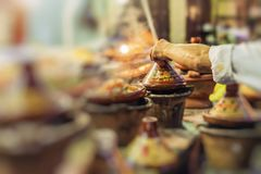 Val av den traditionella casseroen för mycket färgrika marockanska tajines Arkivbilder