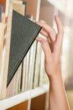 Val av en höger bok arkivfoton