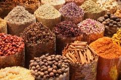 Val av exotiska kryddor i Dubai, UAE Royaltyfria Foton