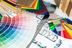 Val av färger och material för hem- renovering Arkivbilder