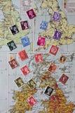Val av GB-portostämplar över gammal översikt Arkivbild