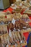 Val av hantverkarekorvar på morgonmarknaden i Amsterdam Royaltyfri Bild