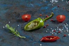 Val av kryddaörter och gräsplaner Ingredienser för matlagning Matbakgrund på svart kritiserar tabellen arkivbild