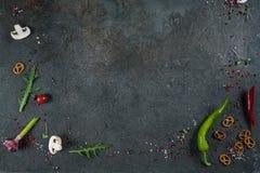 Val av kryddaörter och gräsplaner Ingredienser för matlagning Matbakgrund på svart kritiserar tabellen royaltyfria foton